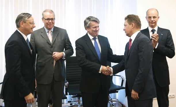 Nord Stream 2 -kaasuputken osakassopimuksen allekirjoitustilaisuudesta Vladivostikissa kaksi viikkoa sitten: Ranskalaisen Engie-yhtiön varatoimitusjohtaja Pierre Chareyre, saksalaisen E.Onin johtaja Klaus Schaefer, hollantilais-brittiläisen Shellin pääjohtaja Ben van Beurden, Gazpromin pääjohtaja Aleksei Miller ja saksalainen Basfin pääjohtaja Kurt Bock.