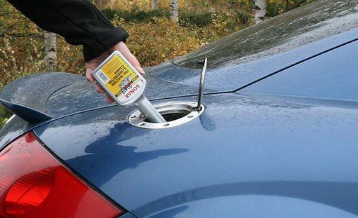 Yksinkertaisimmillaan polttoainejärjestelmän puhdistus onnistuu puhdistusaineella, joka kaadetaan tankkiin. Matka voi jatkua sen jälkeen normaalisti.