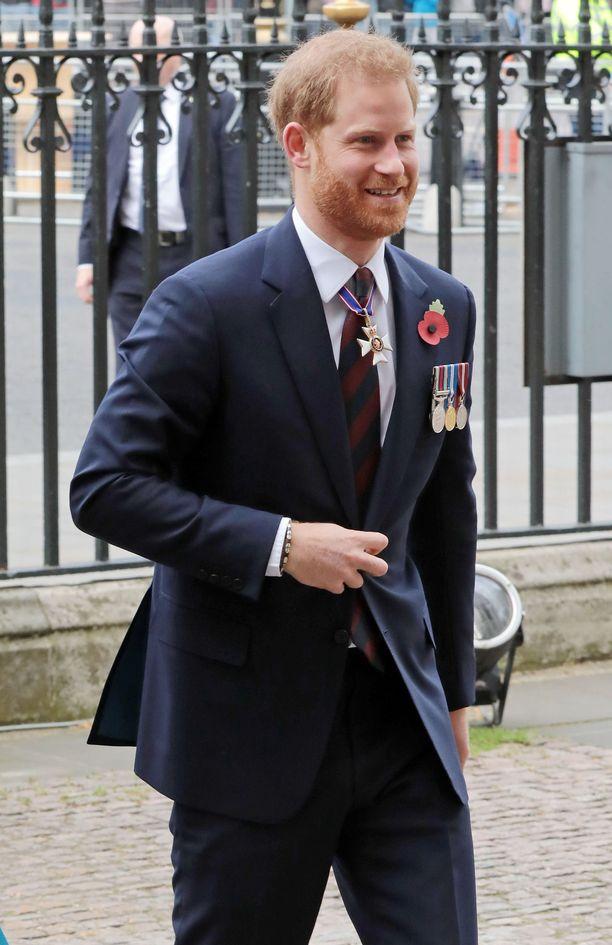 Prince Harry myhäili onnellisen näköisenä jumalanpalvelukseen saapuessaan.
