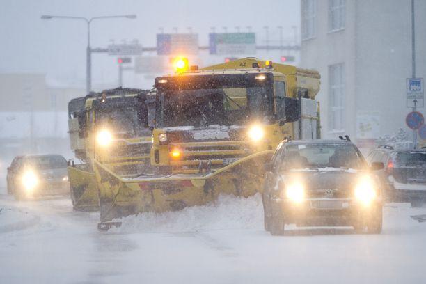 Lähes koko Etelä-Suomeen on luvassa erittäin huonoa ajokeliä puolen yön jälkeen.