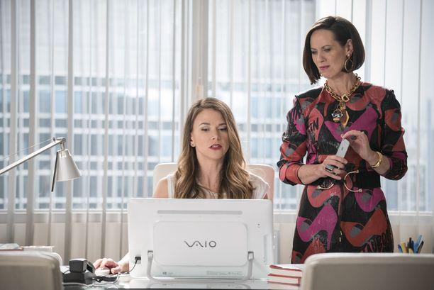 Sutton Fosterin (vas.) näyttelemä Liza pääsee töihin Dianan (Miriam Shor, oik.) viestintätoimistoon.