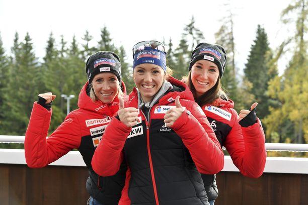 Elisa (vas.), Selina ja Aita Gasparin ovat olleet kahdesti tällä kaudella palkintopallilla maailmancupin viesteissä.