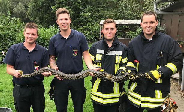 Käärme ehti pelotella ihmisiä pikkujärvellä yli viikon.