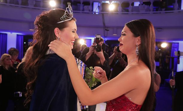 Shirly Karvinen (oik) onnitteli uutta Miss Suomea Michaela Söderholmia.