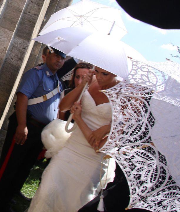 Minttu oli pukeutunut Galia Lahavinin hääpukuun.