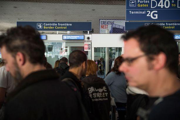 Passit tarkastettiin lentokentällä kaikilta.
