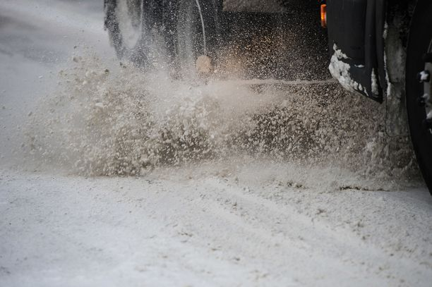 Lumenauraus kiristeli autoilijoiden hermoja Kuopiossa joulupäivänä. Kuvituskuva.