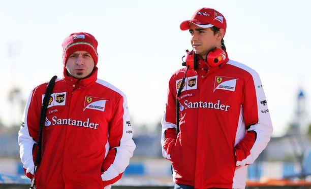 Simone Resta (vas.) aloitti Ferrarin pääsuunnittelijan roolissa testikaudella 2015. Esteban Gutiérrez toimi vielä testikuskina.