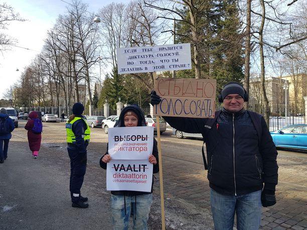 Suomen ja Venäjän kaksoiskansalainen Elena Shemjak ja Suomesta turvapaikan poliittisen vainon vuoksi saanut Andrei Romanov osallistuivat mielenosoitukseen.