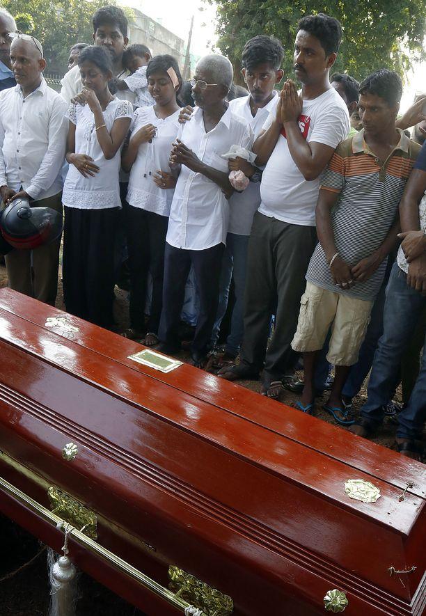 Kuva pommiuhrien hautajaisista Sri Lankan pääkaupungista Colombosta.