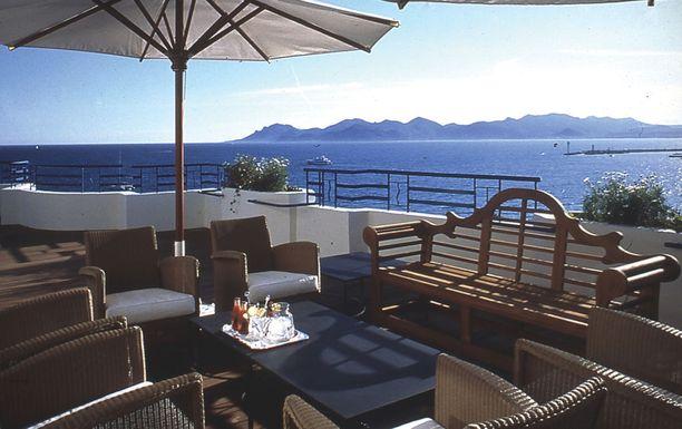 Grand Hyatt Cannes Hôtel Martinezin sviittiin kuuluu laaja kattoterassi, jolta näkee merelle.