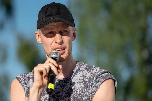 Roni Bäckillä on kaksi veljeä, joista nuorempi Mike Bäck on myös tubettaja.
