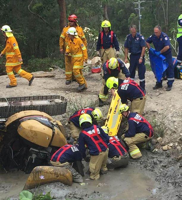 Pelastusoperaatioon osallistui parikymmentä palomiestä.