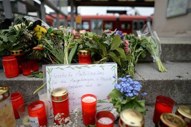 Ihmiset ovat tuoneet kukkia ja kynttilöitä Grafingin asemalle Baijerissa.