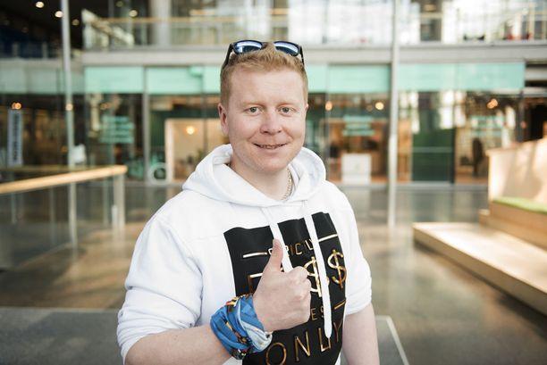 """Sampo Kaulanen kertoo ensimmäisen ateriansa voiton jälkeen olleen """"viidakkolämmintä"""" sushia. Kyytipoikana maistui olut."""