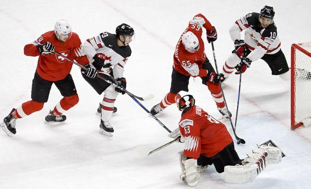 Hieman hasardimaisella tyylillä pelaava Sveitsin maalivahti Leonardo Genoni kesti kanadalaisten rynnistyksen ja siivitti juustomaan joukkueen MM-finaaliin.
