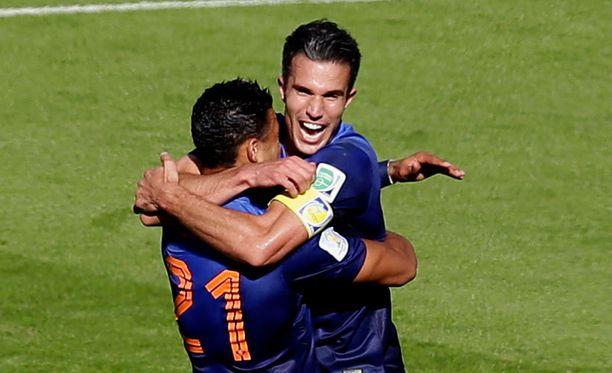 Memphis Depay (vas.) ja Robin van Persie juhlivat Hollannin voitto-osumaa.