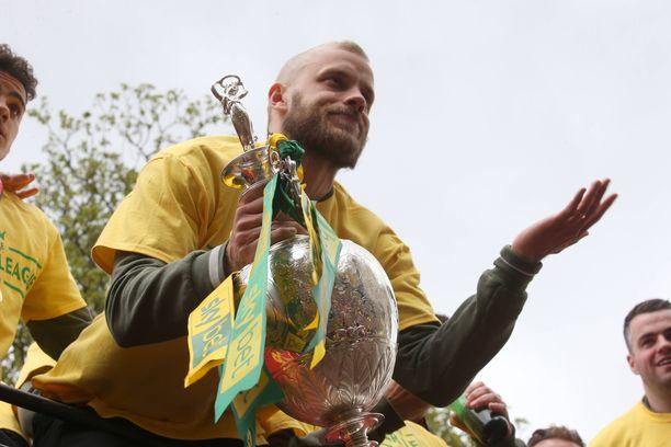 Teemu Pukki juhli sarjanousua Norwichsissa kevään päätteeksi. Ensi kaudella joukkue pelaa Valioliigassa.