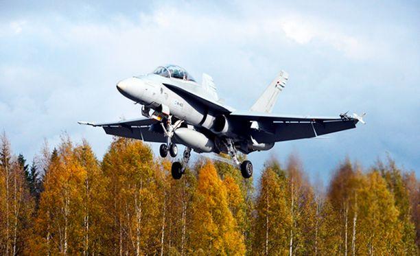 Ilmavoimien Hornet nousemassa lentoon Lusin maantietukikohdasta.