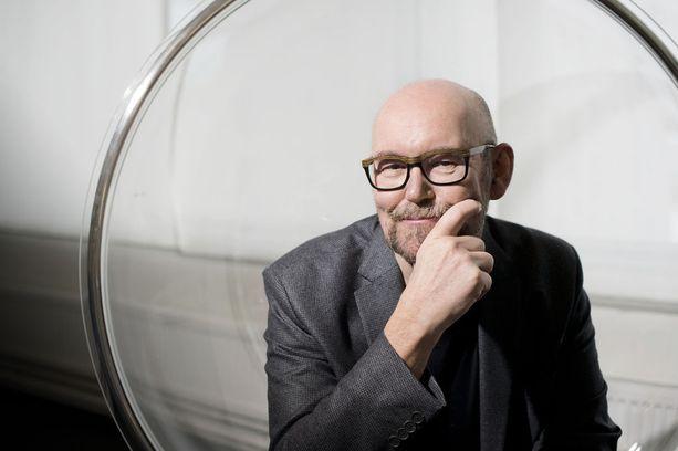 Emeritusprofessori, tähtitieteilijä Esko Valtaojan mukaan suomalaisia piinaa negatiivinen ajattelu ja omien suoritusten aliarviointi.