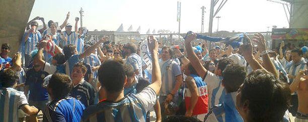 Argentiinalaiset panivat lauluksi stadionin pihalla jo ennen pelin alkua.