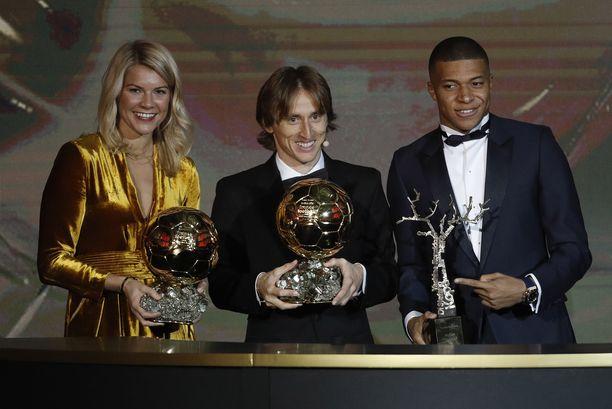 Kultainen pallo -palkinnon voittivat norjalainen Ada Hegerberg ja kroatialainen Luka Modrić. Kylian Mbappé sai Kopa Trophyn, joka annettiin parhaalle alle 21-vuotiaalle pelaajalle.