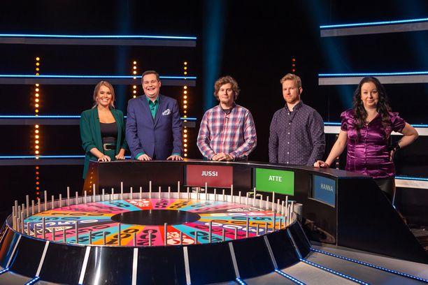 Jussi Valli (kuvassa keskellä) kisaa Onnenpyörän neljännen kauden toisessa jaksossa.