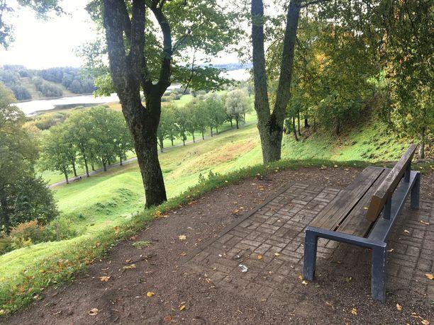 Viljandin korkean linnavuoren puistosta voi ihailla maisemia niin järven kuin vanhan keskustankin suuntaan.