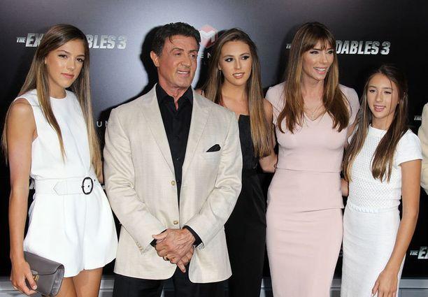 Stallonen perhe poseeraa. Sistine kuvassa vasemmalla.