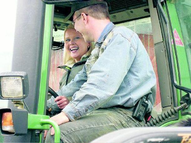 Kaunis citysinkku Pauliina pääsee tutustumaan traktoriin ja maanviljelijä Veikkoon.