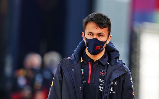 """F1-mestari kritisoi rajusti Red Bull -kuskia – """"Hän on siellä pelkästään passinsa vuoksi"""""""