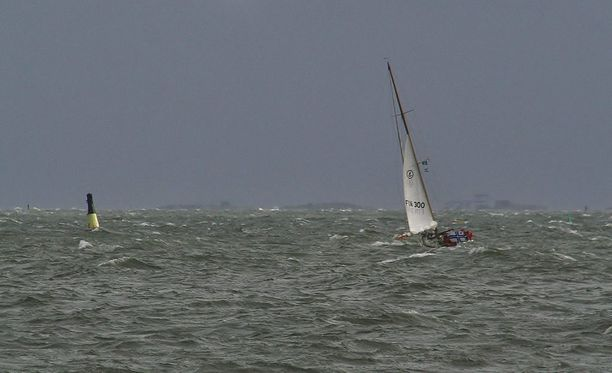 Vene rantautui purjeissa Haminan satamaan. Purjehtijan epäillään joutuneen merihätään viikonloppuna. Arkistokuva.