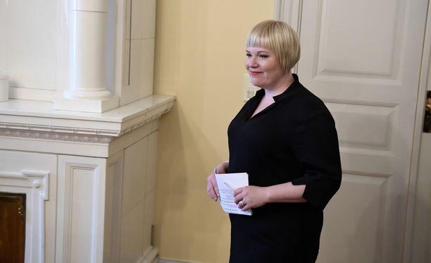 Perhe- ja peruspalveluministeri Annika Saarikko tiedotti lakiluonnoksen käsittelyn lykkääntymisestä Twitterissä.