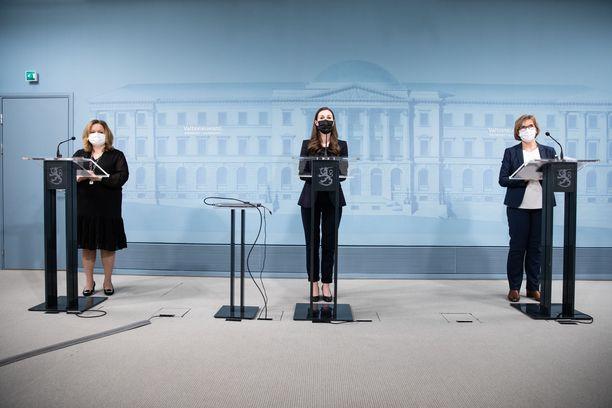 Hallituksen keskeisiä ministereitä koronatoimissa ovat olleet perhe- ja peruspalveluministeri Krista Kiuru, pääministeri Sanna Marin ja oikeusministeri Anna-Maja Henriksson