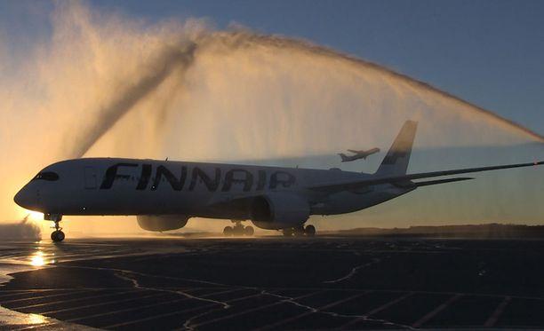 Finnairin linjaukset ovat kriittisiä koko kotimaisen lentoliikenteen kannalta, sillä useille kentille se lentää ainoana yhtiönä. Kuvassa Finnairin uusi Airbus A350 XWB -kone, jonka ensimmäinen kaukolento lennetään 21.11. Shanghaihin.