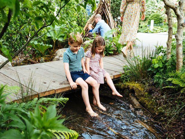 Prinssi George ja prinsessa Charlotte nauttivat äitinsä puutarhan elämyksistä.