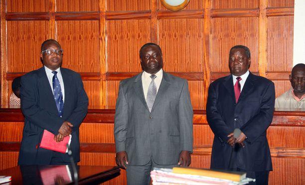 Kenian olympiakomitean varapääsihteeri Stephen Soi (vas.) asetettiin syytteisiin useista varkauksista. Kuvassa myös Kenian olympiaherrat Pius Ochieng ja Francis Paul.