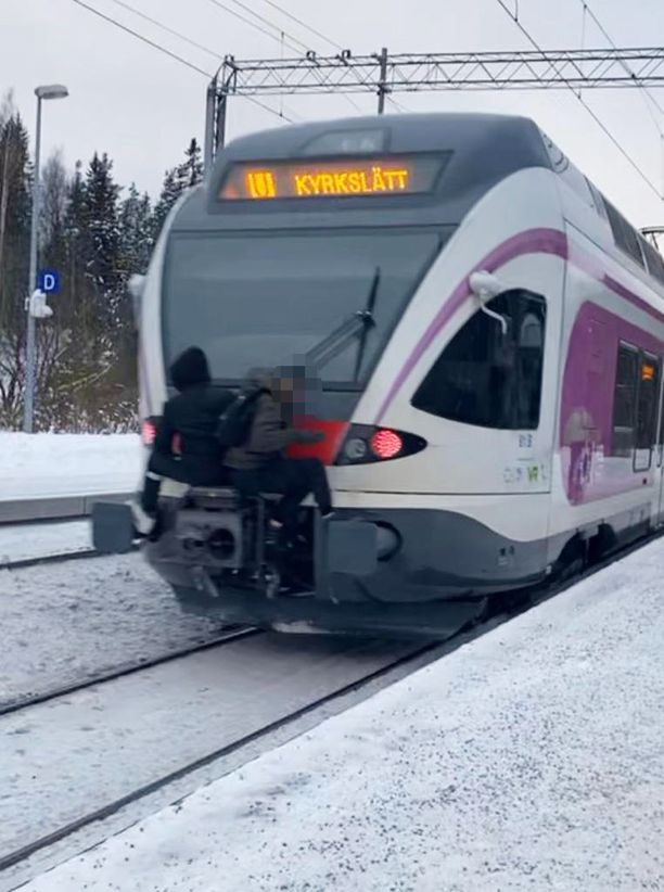 Lapset roikkuivat junan perässä Koivuhovin aseman kohdalla Kauniaisissa.