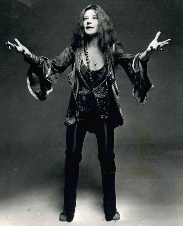 Voimakas ja käheä ääni tekivät Janis Joplinista yhden kaikkien aikojen merkittävimmästä rocklaulajista. Myös värikkäästä elämäntyylistään tunnettu laulaja kuoli heroiinin yliannostukseen vuonna 1970.