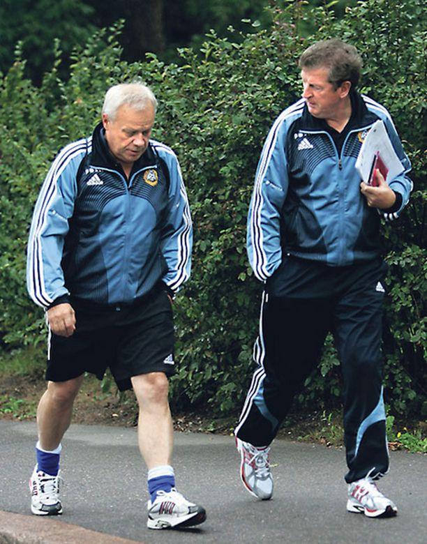 KOLLEGAT Jyrki Heliskoski (vas.) oppi kahdessa vuodessa tuntemaan Roy Hodgsonin tavat.