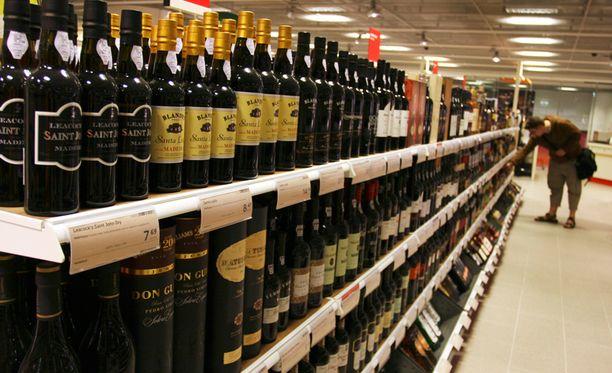 Perussuomalaiset ehdottavat, että viiniä voisi myydä jatkossa myös ruokakaupoissa.