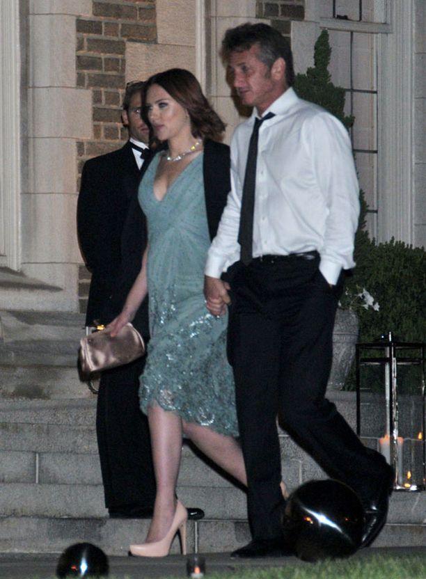Scarlett ja Sean viihtyivät juhlassa pikkutunneille asti ja poistuivat käsi kädessä.