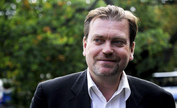 Helsingin kirkkovaltuutettu Jukka Relander väittää, että hiippakuntaneuvoston puheenjohtaja Johanna Korhonen ei aja kirkon etua paukuttaessaan piispa Teemu Laajasaloa.