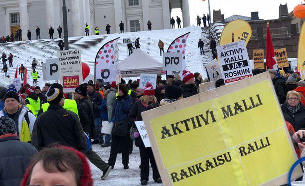 SAK on vastustanut näyttävästi aktiivimallia, mutta pitää hallituksen malliin kaavailemia muutoksia askeleena parempaan. Kuvassa SAK:n helmikuussa järjestämä Ääni työttömälle -mielenosoitus Helsingissä.