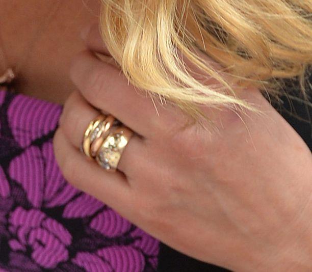 Tältä näyttää Cameronin kihlasormus. Rinkula nähtiin tähden sormessa Annie-elokuvan mainostilaisuudessa.
