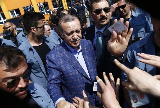 Turkin kansanäänestyksen tulosten spekulointi on jo alkanut. Kuvassa presidentti Erdogan, joka pyrkii vahvistamaan valtaoikeuksiaan.
