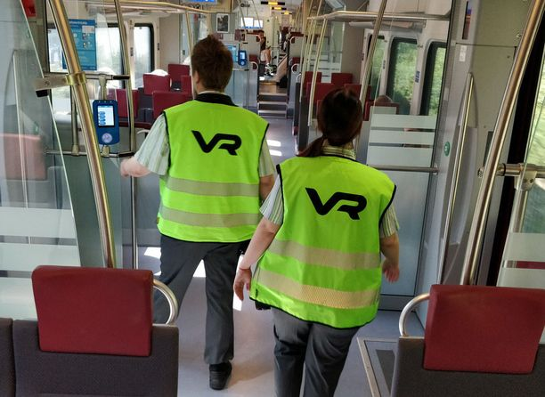 Konduktööripari tarkistaa ensin matkustamon yleistilanteen ja mahdolliset viat, jonka jälkeen siirrytään lipuntarkastukseen.
