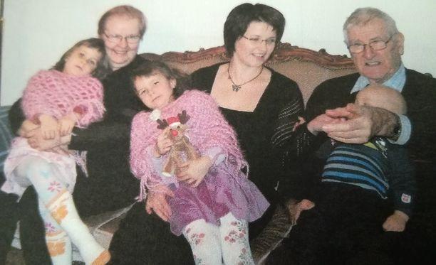 Mammalla, äidillä ja tyttärillä on sama syntymäpäivä. Kuva on vuodelta 2007. Vasemmalta Veera, Raina-mamma, Venla, äiti Janina ja jo edesmennyt Lauri-pappa sylissään tyttöjen pikkuveli Vihtori.