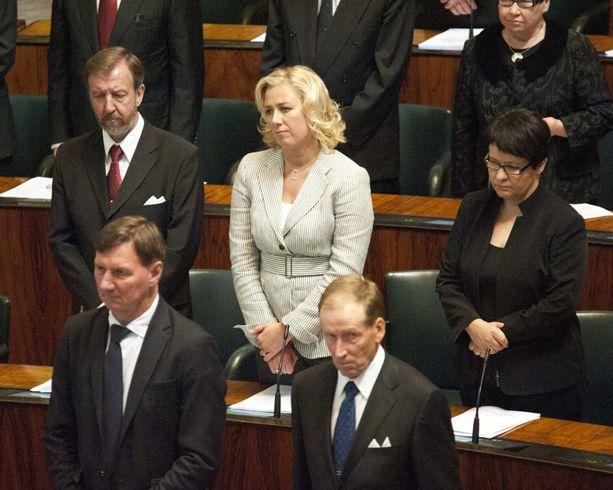 RÄIKEÄ SURUPUKU Jutta Urpilainen erottui vaaleassa jakussaan, kun koko eduskunta pukeutui hautajaisväriin Tommy Tabermannin kuoleman jälkeisenä päivänä.