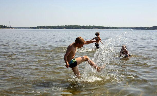 Suomen merivesissä kelpaa nyt polskia - sellaisissa paikoissa, joissa sinilevää ei ole.
